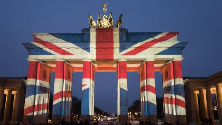 Das in britischen Farben angestrahlte Brandenburger Tor ist am 23.03.2017 in Berlin zu sehen. Mit dem Anstrahlen des Brandenburger Tores zeigen die Berliner ihre Anteilnahme an den Opfern des Anschlags von London.