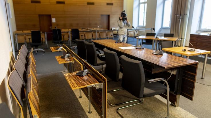 Die Innenansicht zeigt den umgebauten Gerichtssaal im Landgericht Freiburg. Nach der mutmaßlichen Gruppenvergewaltigung einer Frau stehen ab dem 26.06.2019 elf Männer vor dem Gericht. (Foto)