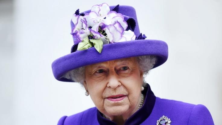 Die Queen ist alles andere als amüsiert: Um ein Haar wäre die Monarchin von einem Bodyguard erschossen worden! (Foto)