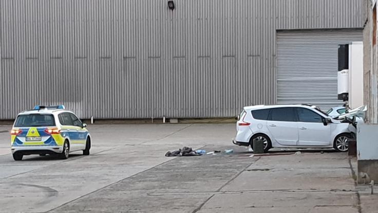 Der Tatverdächtige krachte während der Flucht mit dem Wagen gegen eine Hauswand und wurde schwer verletzt. (Foto)