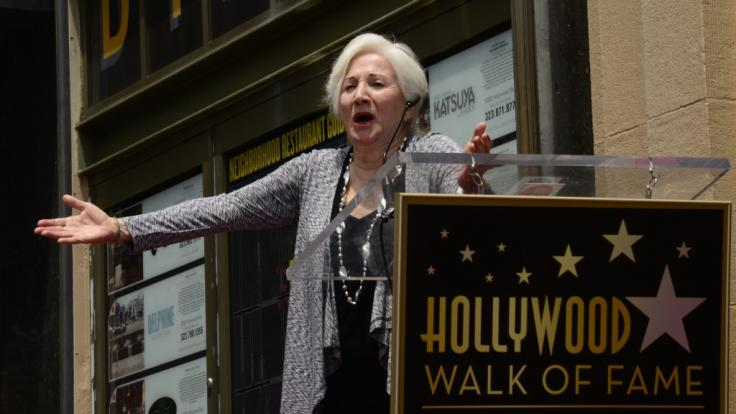 Die US-Schauspielerin Olympia Dukakis gestikuliert während der Verleihung ihres Sterns auf dem Hollywood Walk of Fame. Dukakis ist am 01.05.2021 nach längerer Krankheit im Alter von 89 Jahren in New York City gestorben. (Foto)