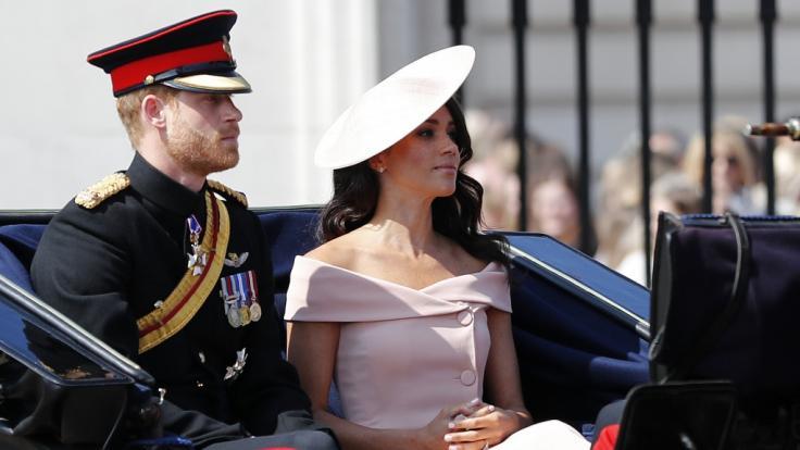 Meghan Markle und Prinz Harry sind erst seit einem Monat verheiratet, doch offenbar klopft jetzt schon der Klapperstorch an.