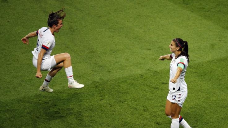 Kelley O Hara (l) aus den USA und Alex Morgan wollen im WM-Finale der Frauen den Sieg holen.