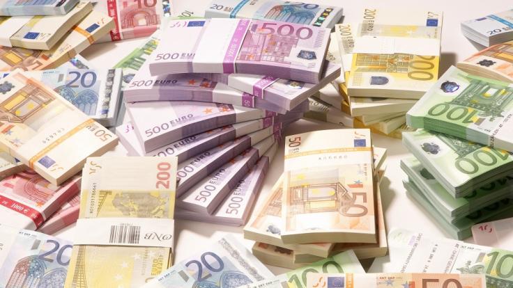Wer Geld am Automaten abheben will, muss mit Gebühren rechnen.
