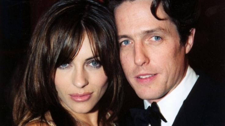 Das Archivbild vom 10.08.1999 zeigt Elizabeth Hurley (l) und Hugh Grant (r) bei einer Party im Waldorf Hotel in London. (Foto)