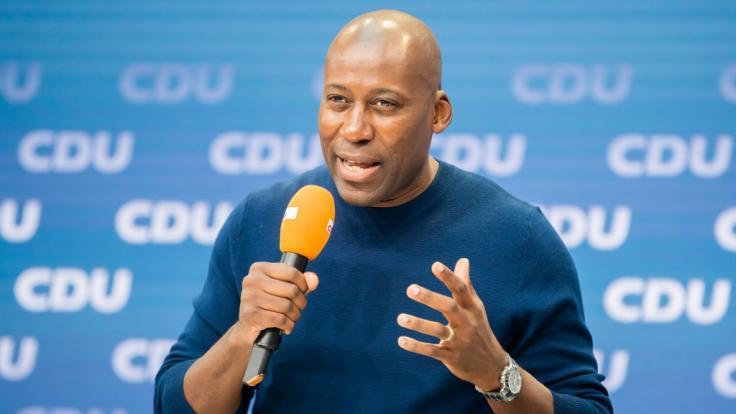 """Joe Chialo, Bundestagskandidat in Berlin-Spandau und Musikmanager, spricht bei der Vorstellung des """"Zukunftsteams"""" der Union in der CDU-Parteizentrale. (Foto)"""