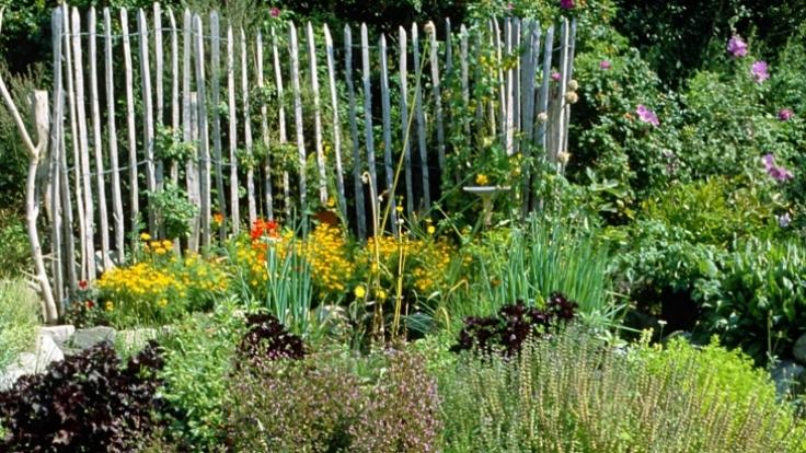 Kräuterbeete und -spiralen verschönern den Garten auf ganz besondere Weise.