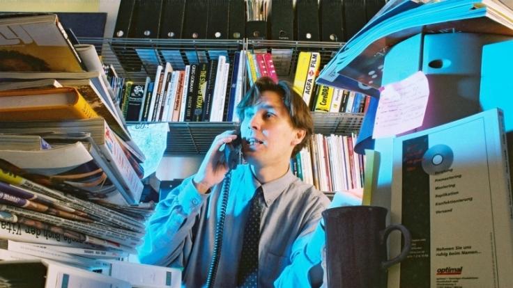 Vollgemüllte Schreibtische, dauernd erreichbar sein und ohne Social Networks nicht leben können - so holen sich Adrenalinjunkies ihren Kick. (Foto)