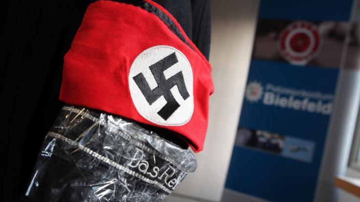 In Hamburg-Altona ist ein Viertklässler in einem Nazikostüm zu einer Karnevalsparty erschienen (Symbolbild). (Foto)