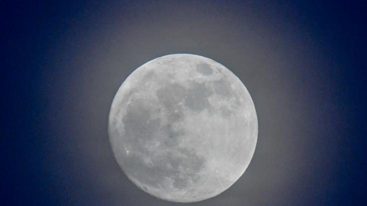 2018 strahlen gleich zwei blaue Monde am Nachthimmel.