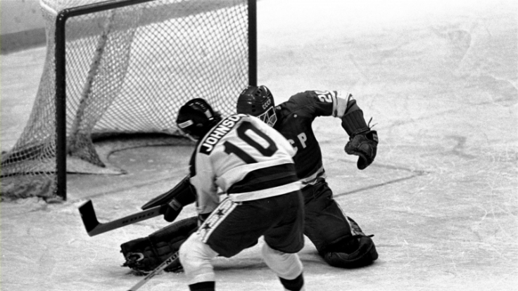 Kalter Krieg auf dem Eis: US-Boy Mark Johnson (10) kurz vor seinem zweiten Tor gegen den sowjetischen Keeper Vladislav Tretjak. (Foto)