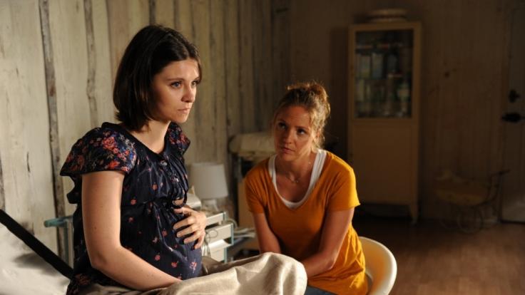 Lena Lorenz (Patricia Aulitzky, r.) hat die hochschwangere Katerina Nowak (Natalia Rudziewicz, l.) bei sich aufgenommen, die als Leihmutter ein Kind austrägt. (Foto)