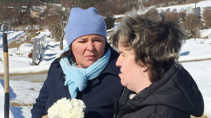 Schwerer Gang für Beate: Gemeinsam mit Vera besucht sie das Grab ihrer Mutter Irene.