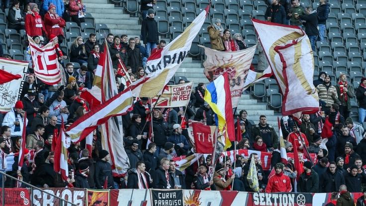 Die Fans des FSV Mainz zeigen mit Fahnen Unterstützung für ihren Verein. (Symbolbild) (Foto)