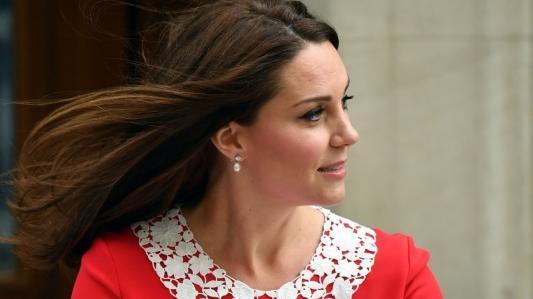 Kate Middleton präsentiert ihr drittes Baby, einen kleinen Jungen, der Weltöffentlichkeit.