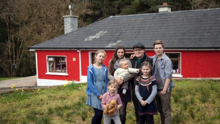 Angelo Kelly und seine Frau Kira mit den fünf Kindern.