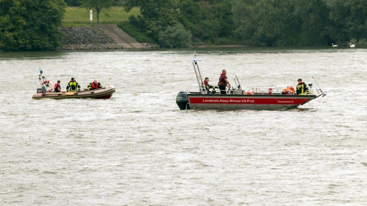Rettungskräfte suchen nach einer 42-Jährigen, die am Sonntag im Rhein beim Schwimmen abgetrieben worden und seitdem vermisst wird. (Foto)