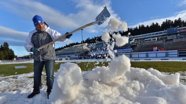 Schippen für den Weltcup: In Oberhof halfen Dutzende ehrenamtliche Unterstützer. (Foto)