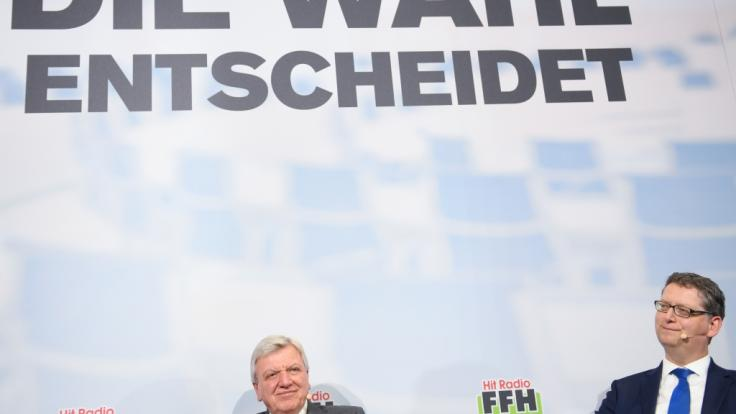 Volker Bouffier (CDU, l), Ministerpräsident des Landes Hessen, und sein Herausforderer Thorsten Schäfer-Gümbel, Spitzenkandidat der SPD, vor der hessischen Landtagswahl am 28.10.2018. (Foto)