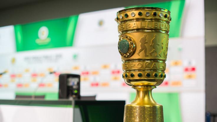 Um ihn geht's:Der DFB-Pokal! (Foto)