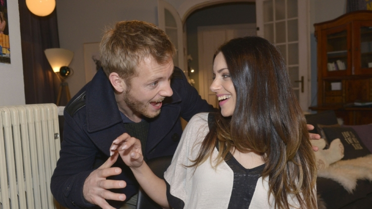 Voll verknallt! Zwischen Emily (Anne Menden) und Paul (Niklas Osterloh) fliegen die Funken.