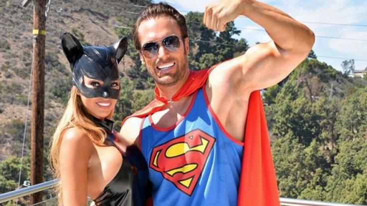 Maria und Bastian Yotta spielen Catwoman und Superman.