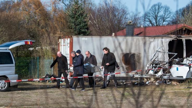 Bei Löscharbeiten auf dem Hof eines Autohauses in Mölln (Schleswig-Holstein) sind zwei Leichen entdeckt worden. (Foto)