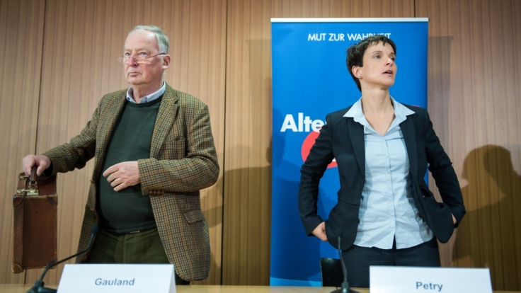 Frauke Petry (rechts), frühere Bundesvorsitzende der AfD, und Alexander Gauland am 09. September 2015 auf einer Pressekonferenz in Berlin zur Asyl- und Einwanderungspolitik.