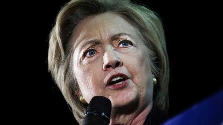 Hillary Clinton unter Beschuss: Wikileaks-Enthüllungen und FBI-Erpressung. (Foto)