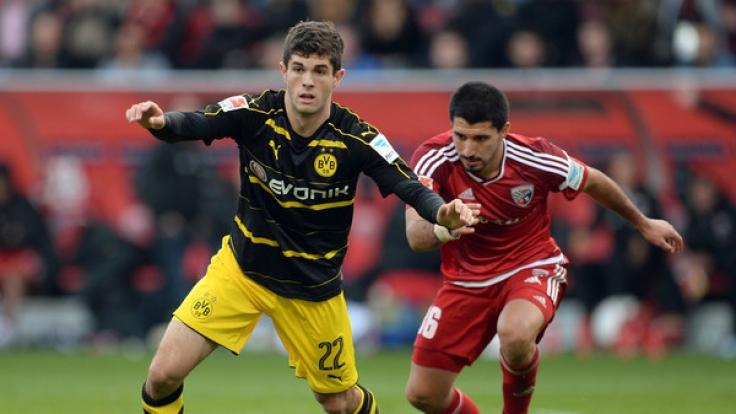 Christian Pulisic (l) von Dortmund und Almog Cohen von Ingolstadt.