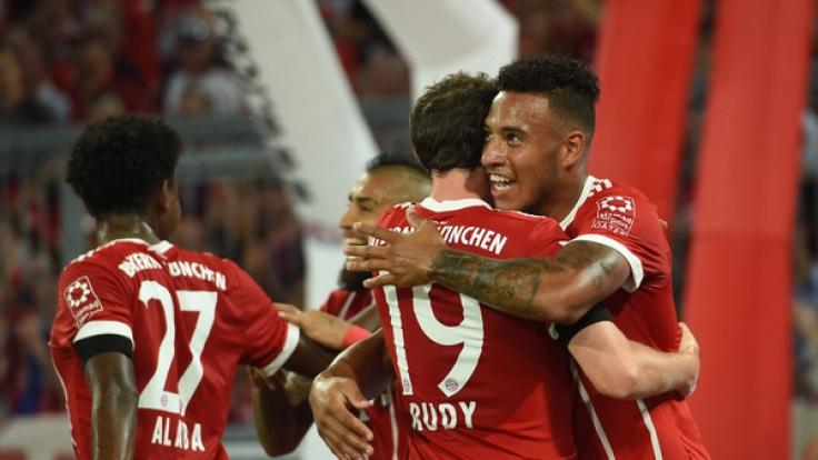 Sebastian Rudy und Corentin Tolisso von München jubeln über das 2:0.