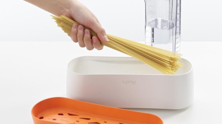 Köstliche Pasta im Handumdrehen: Mit dem Nudelkocher für die Mikrowelle gelingt das ohne Kochtopf. (Foto)