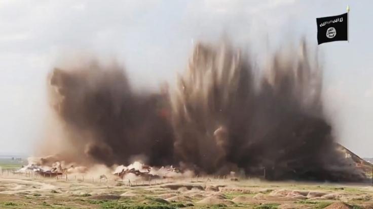 Ein Screenshot aus einem Video des Islamischen Staats, das vermutlich die Zerstörung der Ruinen der altorientalischen Stadt Nimrud aus dem 13. Jahrhundert im Irak zeigt.