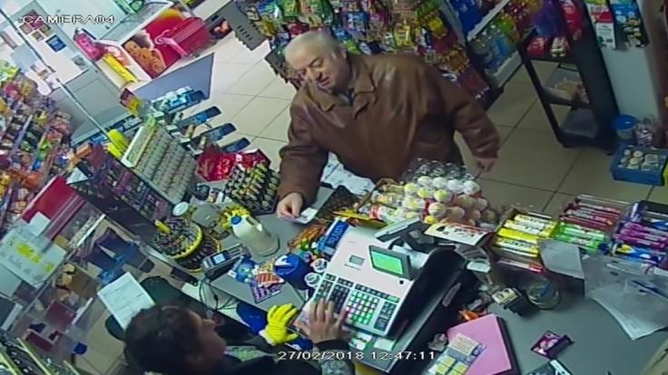 Dieses am 07.02.2018 von ITN bereitgestellte Videostandbild einer Überwachungskamera zeigt den früheren russischen Doppelagenten Sergej Skripal, der am Wochenende in der südenglischen Stadt Salisbury mit Vergiftungserscheinungen aufgefunden wurde.