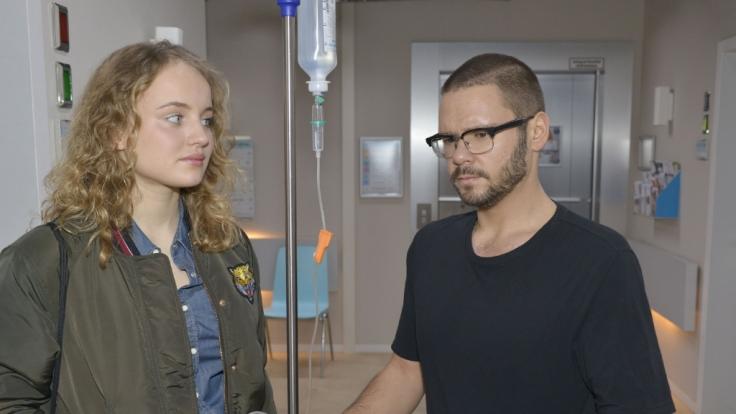 Jules (Luise von Finckh) Sorge um ihn lässt Tuner (Thomas Drechsel) nicht kalt.