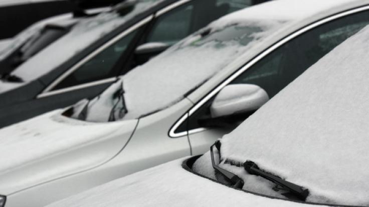 Eine dünne Schneeschicht liegt auf dem Feldberg im Schwarzwald (Baden-Württemberg) auf den Windschutzscheiben von Fahrzeugen. Der Wintereinbruch ist nur von kurzer Dauer, zur Wochenmitte soll es nach Angaben der Meteorologen wieder wärmer werden. (Foto)