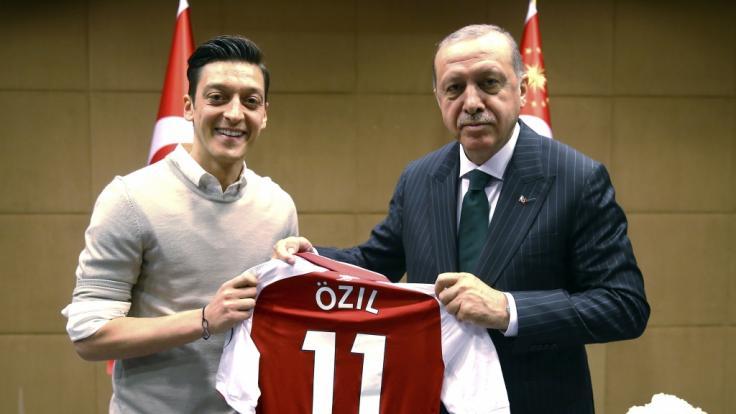 Im Mai hatte sich Mesut Özil mit dem Türkei-Präsidenten Erdogan getroffen. (Foto)