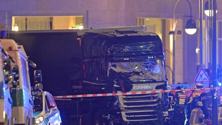 In Berlin ist ein Lastwagen in eine Menschenmenge gerast. Bislang starben mindestens zwölf Personen.