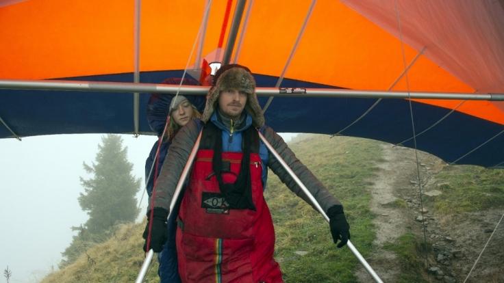 Andreas (Martin Gruber) setzt einen Drachen wieder in Gang, um Lenas (Jolia Sophie Schabus) Leben zu retten.