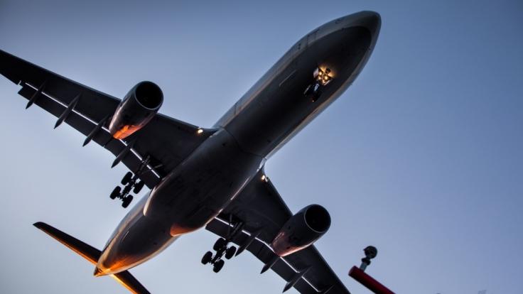 Nur knapp über den Köpfen der Schaulustigen. In Skiathos fliegen die Flugzeuge sehr flach ein. (Symbolbild)