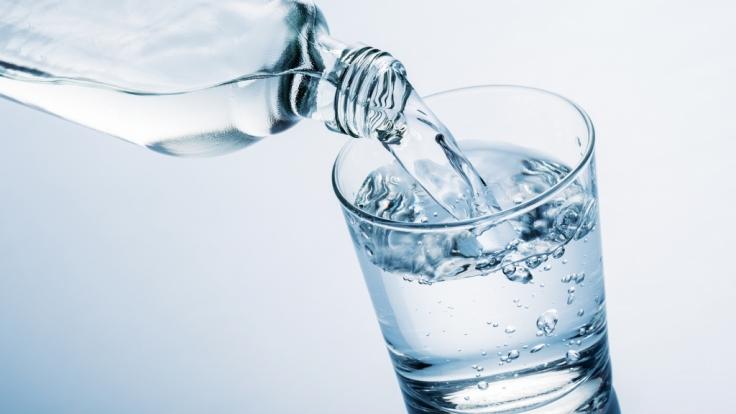Bei Wasser aus Plastikflaschen ist Vorsicht geboten. (Foto)
