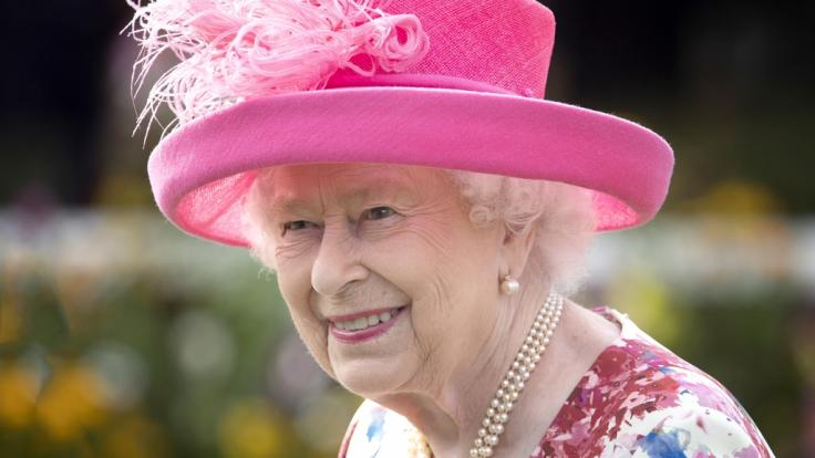Mit Lord Ivar Mountbatten hat ein Cousin von Queen Elizabeth II. Geschichte geschrieben: Der 55-Jährige heiratete in der ersten gleichgeschlechtlichen Hochzeit des Königshauses seinen Partner James Coyle. (Foto)