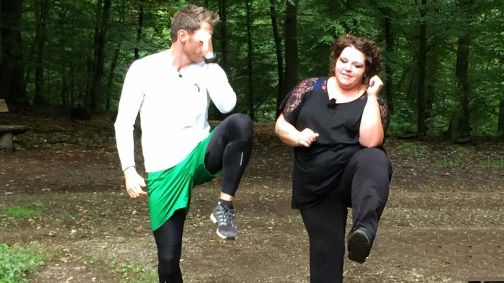 Fitness-Coach Felix Klemme trainiert mit Ramona.