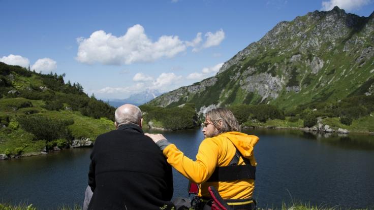 Norbert (Peter Kremer, l.) vertraut Markus Kofler (Sebastian Ströbel, r.) an, dass er Angst hat. Der Bergretter ist für seinen Freund da. (Foto)