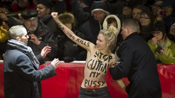 Wenn Femen aufschlägt, hat die Security alle Hände voll zu tun. Wie hier auf der Berlinale.