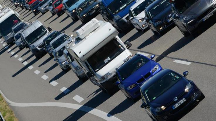 Für viele Autofahrer enden die Pfingstferien erst in den kommenden Tagen. Die Autobahnen dürften daher noch voll bleiben. (Foto)