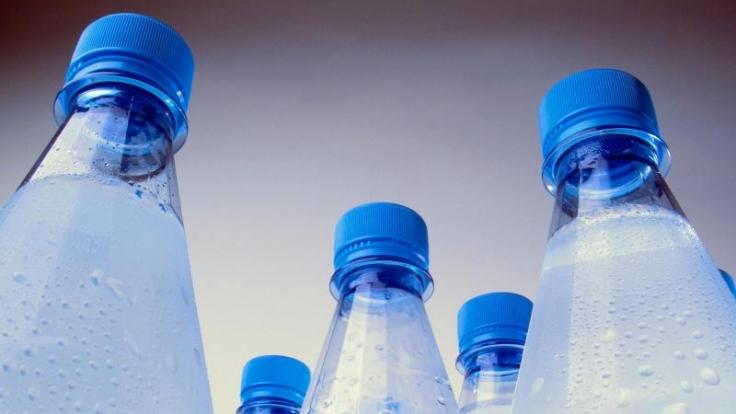 Wasser aus Kunststoffflaschen schmeckt häufig untypisch fruchtig. Grund sind Stoffe in der Verpackung, die ins Wasser übergehen.
