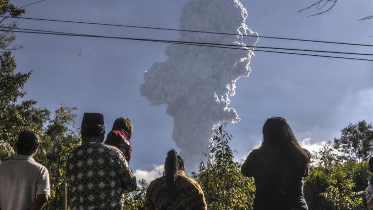 Der Vulkan Merapi auf der indonesischen Insel Java ist ausgebrochen.Anwohner beobachen den Asche spuckenden Vulkan.
