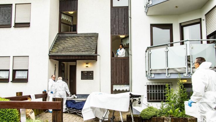 Mitarbeiter der Spurensicherung stehen vor einem Haus in Idar-Oberstein, in dem zwei Menschen vermutlich gewaltsam getötet wurden.