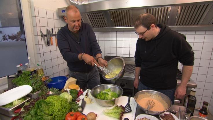 Frank Rosin (l.) gibt Christof unfreiwillig Nachhilfe zu den Themen Burger und Ceasar Salad. (Foto)